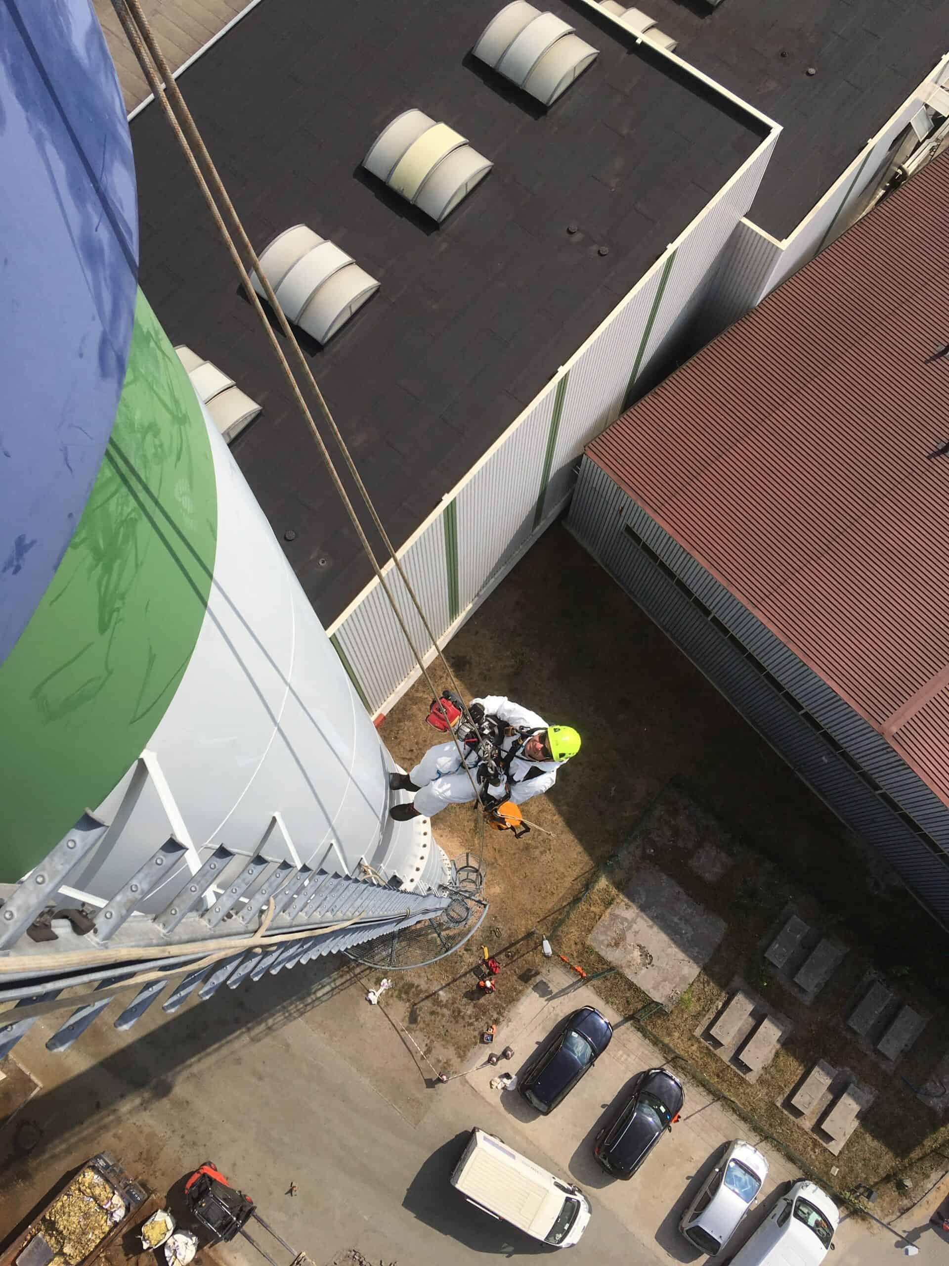 Prace na wysokościach, pracownik wspina się po kominie, usługi alpinistyczne Climbnet