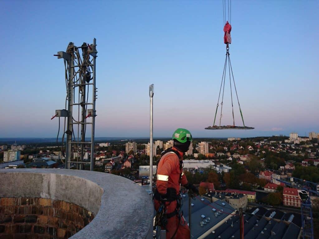 Prace instalacyjne na wysokościach, niebezpieczny zawód, usługi alpinistyczne, Climbnet