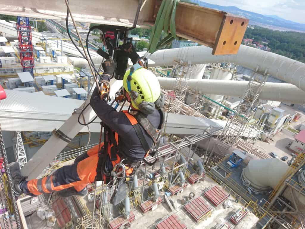 Prace na wysokościach, wykonywanie instalacji, pracownik wysokościowy